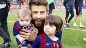 Piqué posiert mit seinen Kindern und Trophäe