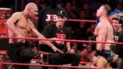 Papa LaVar legte sich vor den Augen von Lonzo Ball mit WWE-Star The Miz (r.) an