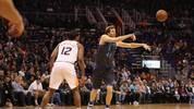 Dirk Nowitzki (r.) läuft in der 21. Saison hintereinander in der NBA auf