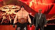 Brock Lesnar (l.) und Paul Heyman bleiben WWE nach WrestleMania 34 treu