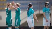 Alexandra Popp (l.) und Lena Petermann feiern den klaren Sieg gegen Slowenien