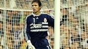 Als Casillas 1999 als Junioren-Welt und -Europameister in den Profikader von Real Madrid aufrückt, ist dort der deutsche Ex-Nationalkeeper Bodo Illgner die unangefochtene Nummer eins. Dennoch kommt  Casillas am 12. September 1999 als 18-Jähriger zu seinem Ligadebüt: Bei Athletic Bilbao spielt Real mit Casillas 2:2