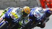 """Noch heute schwärmt Rossi vom Kampf mit Teamkollege Jorge Lorenzo in Barcelona 2009: """"Die letzten zwei Runden waren fantastisch. Jorge hat mich auf der Start-Ziel-Geraden überholt, aber ich konnte in Kurve eins auf der Außenbahn wieder zurück schlagen. Meiner Meinung nach war das das beste Manöver in diesem Rennen. In der nächsten Runde ging er wieder auf der Geraden an mir vorbei, aber dieses Mal konnte ich nicht kontern. Ich habe ihn dann in Kurve vier überholt, doch er war sofort wieder vor mir. So sind wir dann zur letzten Kurve gekommen"""". Dort schiebt sich Rossi an Lorenzo vorbei und holt den Sieg"""