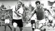 """Das erste Aufeinandertreffen in einem Pflichtspiel gibt es bei der Weltmeisterschaft 1958. Die Franzosen um ihren Ausnahmestürmer Just Fontaine (r.) gewinnen das """"kleine Finale"""" um Platz drei mit 6:3. Fontaine schiesst vier seiner insgesamt 13 Tore gegen Deutschland. Das kann auch Karl-Heinz Schnellinger nicht verhindern"""