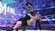 Die WWE-Topstars Brock Lesnar (u.) und Roman Reigns sind momentan nur bei RAW zu sehen