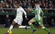 Vinicius Junior (l.) und Marc Bartra gerieten im Ligaspiel zwischen Real Madrid und Betis Sevilla aneinander
