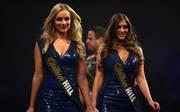 Charlotte Wood (l.) und Daniella Allfree dürfen bei der Darts-WM nicht mehr auftreten
