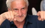Rudi Völler zeigt mit beiden Zeigefingern nach vorne
