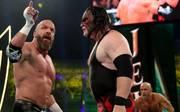 Triple H (l.) hat sich bei Crown Jewel an der Brust verletzt