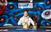Matthias Eibinger zeigte stolz den Pokal für den Sieg beim Super High Roller