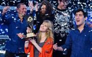 Maria Lampropulos (mit Pokal) ist nach ihrem Sieg um mehr als eine Million Dollar reicher