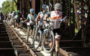 "Bei ""La Ruta de los Conquistadores"" musste Lance Armstrong (r.) unter anderem eine Eisenbahnbrücke durchqueren"