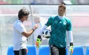 Das Vertrauen von Bundestrainer Joachim Löw in Manuel Neuer (r.) ist ungebrochen