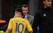 Andriy Shevchenko (M.) ist als Trainer der Ukraine derzeit sehr erfolgreich