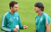 Nationalmannschaftsmanager Oliver Bierhoff (l.) nannte die Nichtnominierung Leroy Sanes nun offen einen Fehler
