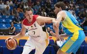Johannes Voigtmann (l.) steht den deutschen Basketballern in der WM-Qualifikation zur Verfügung