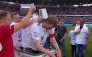 Per Mertesacker bestritt am Samstag sein Abschiedsspiel in Hannover - die Eistonne durfte nicht fehlen