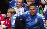 DFB-Team: Serge Gnabry begeistert Kinder beim Training