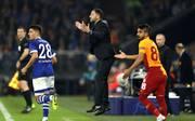 Beim Anblick seiner Schalker geht Trainer Domenico Tedesco vor Freude glatt in die Luft.