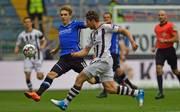 Zweite Liga: Simun Edmundsson von Arminia Bielefeld am Knie verletzt, Joan Simun Edmundsson (links in blau) spielt bei Arminia Bielefeld