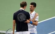 Daniil Medvedev wird nach seinem Sieg von Novak Djokovic beglückwünscht