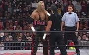 """Hulk Hogan (r.) besiegte Kevin Nash 1999 bei WCW Monday Nitro mit dem """"Fingerpoke of Doom"""""""