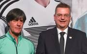 Reinhard Grindel (r.) verlängerte schon vor der WM bis 2022 mit Joachim Löw