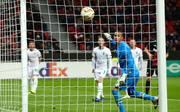 Mitchell Weiser (verdeckt) erzielte in der Schlussphase den Ausgleich für Bayer Leverkusen