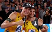 """Beachvolleyball-WM: Clemens Wickler zum """"Most Outstanding Player"""" gewählt, Julius Thole (links) und Clemens Wickler freuen sich über Silber bei der Heim-WM"""