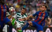 Eibars Sergi Enrich im Zweikampf gegen Ivan Rakitic vom FC Barcelona