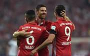Xabi Alonso (M.) und Robert Lewandowski spielten von 2014 bis 2017 zusammen beim FC Bayern