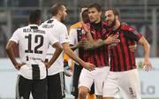 AC Mailand: Gonzalo Higuain nach Ausraster gegen Juventus gesperrt , Gonzalo Higuain (rechts) vom AC Mailand im Schlagabtausch mit Juve-Profis