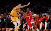 Chris Paul (r.) trifft mit den Houston Rockets auf Kyle Kuzma und die Los Angeles Lakers
