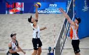 Julius Thole (M.) of Germany und Clemens Wickler (l.) sind das letzte deutsche Team bei der Beachvolleyball-WM