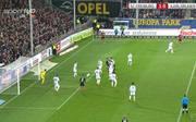 Mike Frantz köpft für den SC Freiburg ein