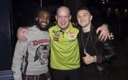 Michael van Gerwen (m.) freute sich über den Besuch der Spurs-Profis Danny Rose (l.) und Kieran Trippier