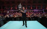 Darts World Matchplay: Gary Anderson holt die Phil Taylor Trophy und wird von den Fans gefeiert