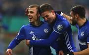 Max Meyer (l.) feiert in Barcelona noch mit dem FC Schalke 04