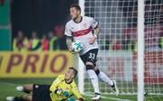 VfB Stuttgarts Daniel Ginczek gleicht per Elfmeter zum zwischenzeitlichen 1:1 aus