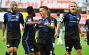 Bernard Tekpetey (2.v.l.) schoss Paderborn zum Sieg gegen Aue