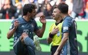 Mats Hummels (l.) versucht Schiedsrichter Felix Zwayer zu erklären, warum er vor dem Düsseldorfer Elfmeter kein Handspiel gesehen hat