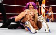 Sasha Banks (oben, gegen Beth Phoenix) stand zuletzt bei WrestleMania 35 für WWE im Ring