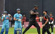 Usain Bolt ist zum ersten Mal in seinem Leben in Indien. Der schnellste Mann der Welt besucht in Bangalore eine Cricket-Spiel. Und er darf sogar mitmachen. Aber vorher: Aufwärmen!