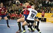 Deutschland (weiß) und Serbien lieferten sich einen Handball-Krimi