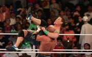 Die Wrestling-Liga WWE (im Ring: John Cena, o., und Triple H) schwimmt durch neue TV-Deals im Geld