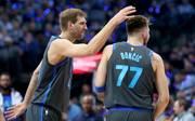 Luka Doncic (r.) tritt bei den Dallas Mavericks in die Fußstapfen von Dirk Nowitzki