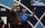 Justin Pipe (r.) besiegte Bernie Smith bei der Darts-WM 2018 mit einem Trick
