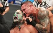 Randy Orton (r.) drohte bei SmackDown Live damit, das Ohrläppchen von Jeff Hardy zu zerreißen