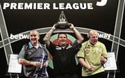 Wer folgt bei der Premier League Darts auf Gary Anderson (m.)? Phil Taylor (l.) und Michael van Gerwen greifen an