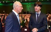Franz Beckenbauer (l.) empfieht Joachim Löw eine Harte Hand